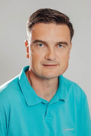 Jiří vystudoval lékařskou fakultu Univerzity Palackého v Olomouci a od roku 1999 působí jako soukromý praktický zubní lékař. Během své praxe získal osvědčení ČSK pro vybranou péči ve stomatochirurgii. V letech 2005 – 2012 působil jako předseda revizní komise Oblastní stomatologické komory v Praze 7. Hovoří anglicky. Jiří je aktivní sportovec, v roce 2006 absolvoval v německém Rothu triatlonový závod Ironman.