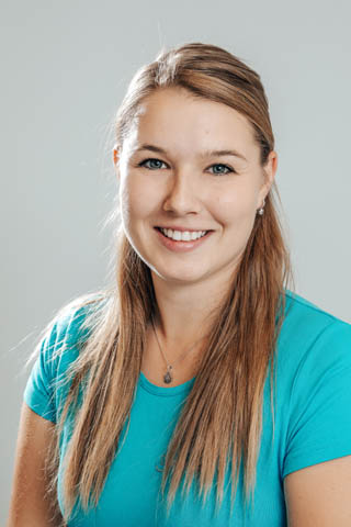 Lucie vystudovala Střední zdravotnickou školu v Liberci a následně získala titul Bc. v oboru ošetřovatelství na 3. lékařské fakultě Univerzity Karlovy. Jako praktická sestra pracovala na chirurgickém oddělení a od roku 2018 působí v Dentanele. Mezi její záliby patří cestování, četba a jízda na koni. Hovoří anglicky.