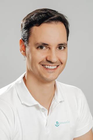 Jan ukončil studium na 1. lékařské fakultě Univerzity Karlovy v Praze v roce 2009 a od té doby pracuje jako zubní lékař. Přes 3 roky působil ve stomatologické ambulanci Institutu Klinické a Experimentální medicíny (IKEM), kde prováděl konziliární ošetřování pacientů zařazených v transplantačním programu. Zaměřuje se na záchovnou stomatologii, protetiku, chirurgii a mikroskopickou endodoncii. Pravidelně se vzdělává, absolvoval přes 70 odborných kurzů, stáží a klinických seminářů.