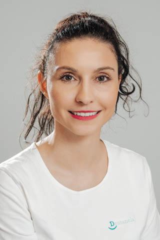 Andrea se ve zdravotnictví pohybuje již od roku 2006. Titul Mgr. získala na Vysoké škole zdravotnické v Praze a Bratislavě.  Bohaté zkušenosti v oboru pak čerpala na renomovaných pracovištích.  Hovoří anglicky.
