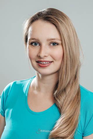 Žaneta vystudovala tříletý bakalářský obor Dentální hygienistka na Lékařské fakultě Masarykovy univerzity v Brně, v minulosti také působila na dvou parodontologických pracovištích. Své pacienty ošetřuje postupy švýcarského konceptu Guided Biofilm Therapy a stále se průběžné vzdělává. Mimo práci jsou jejími koníčky hudba - od dětství hraje na kytaru, čte si nebo se učí nové jazyky. Mluví plynně anglicky, rusky a polsky, učí se nyní také německy.